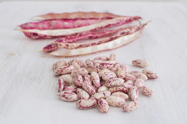 Verse organische bruine bonen lokale markt kruidenierswinkel vegetarisch voedsel eiwitbron witte houten copyspace bovenaanzicht