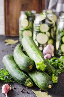 Verse organische courgette, knoflook en peterselie, kruiden en specerijen.