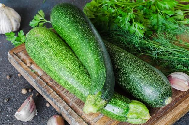 Verse organische courgettes, knoflook en kruiden
