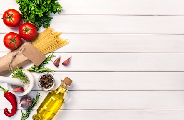 Verse organische ingridients, pastaspaghetti van italiaanse recepten