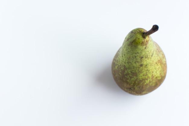 Verse organische peer op een witte achtergrond