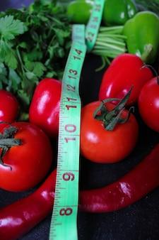 Verse organische peterselie, tomaten, rode pepers, groene paprika's, venkel, dille en komkommer met groene centimeter bovenaanzicht, dieetconcept