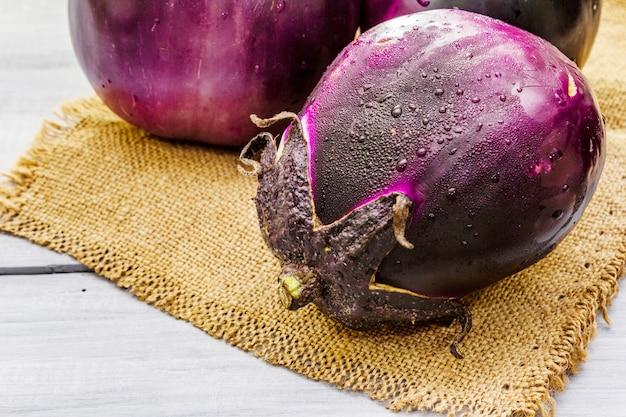 Verse organische ronde aubergines van het type