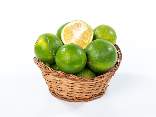 Verse organische sinaasappel geïsoleerd op een witte ondergrond