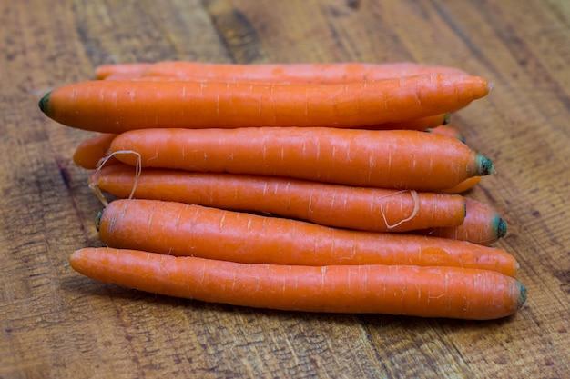 Verse organische wortelen op een houten achtergrond