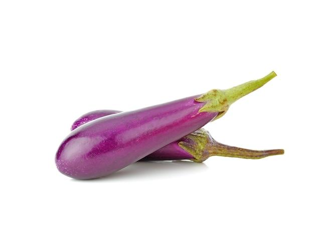 Verse paarse aubergine geïsoleerd op een witte achtergrond