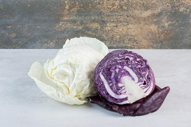 Verse paarse en witte kool op stenen tafel. hoge kwaliteit foto