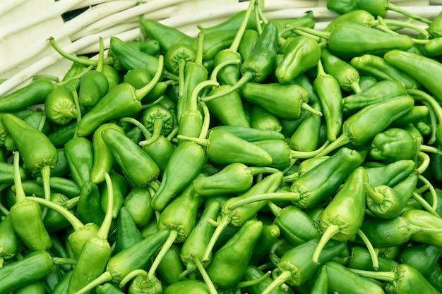 Verse padronpeper op mand bij landbouwersmarkt