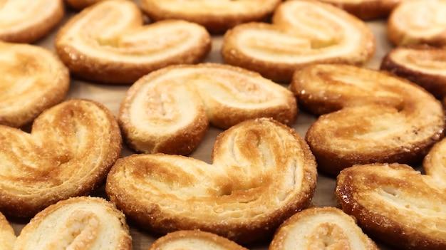 Verse palmkoekjes van bladerdeeg in de vorm van een hart. klassiek frans gebak