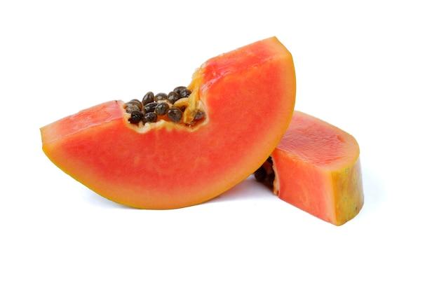 Verse papaja geïsoleerd op een witte achtergrond
