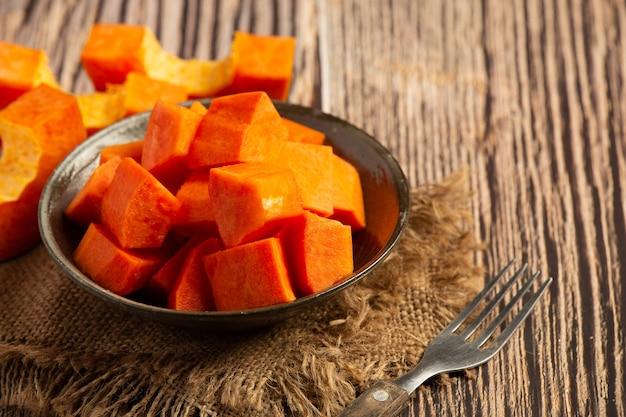 Verse papaja, in stukjes gesneden, op een zilveren bord gelegd.