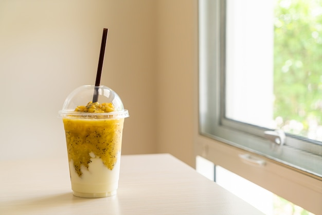 Verse passievruchten smoothies met yoghurt in glas