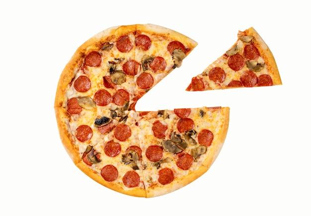 Verse pepperoni pizza. salami en paddestoelenpizza met afzonderlijke plak die op witte achtergrond wordt geïsoleerd.
