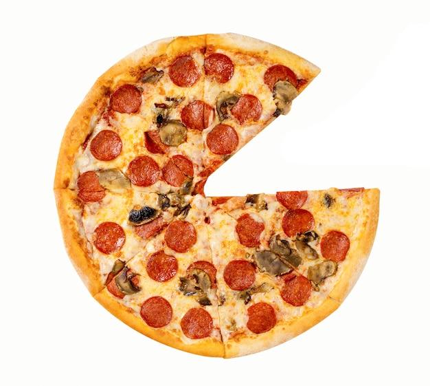 Verse pepperoni pizza. salami en paddestoelenpizza zonder één plak die op witte achtergrond wordt geïsoleerd.