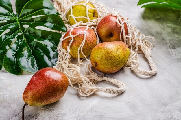 Verse peren in een netzak