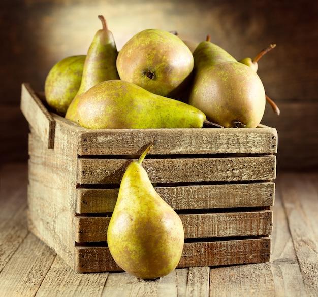 Verse peren in houten kist