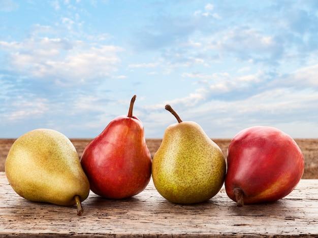 Verse peren op oude houten tafel