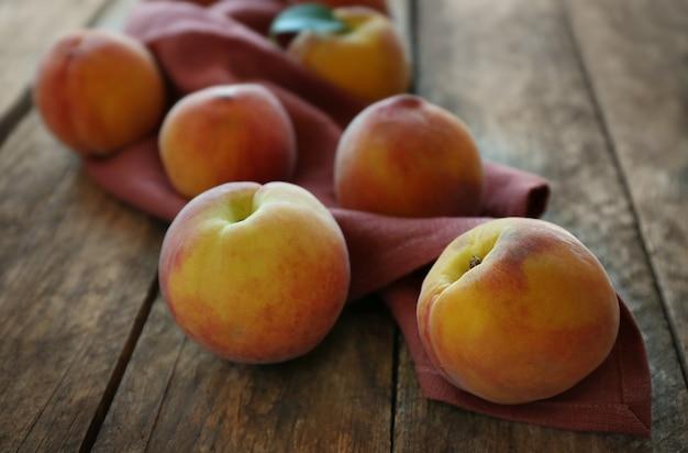 Verse perziken op een houten achtergrond