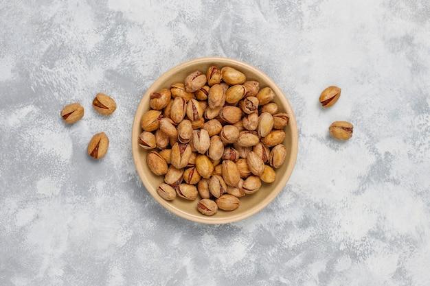 Verse pistaches in keramische platen. bovenaanzicht