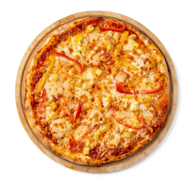 Verse pizza op een houten bord geïsoleerd op wit