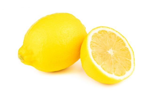 Verse plakcitroen met vitamine c van natuurlijk geïsoleerd op witte achtergrond