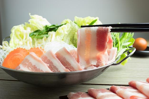Verse plakjes rundvlees en varkensvlees voor sukiyaki