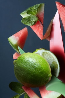 Verse plakwatermeloen met muntblad op zwarte ondergrond