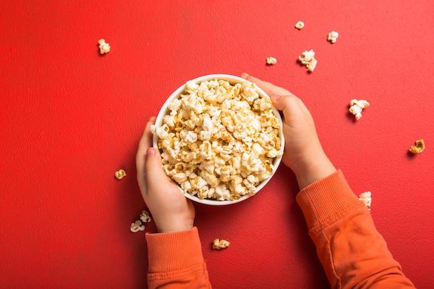 Verse popcorn morste uit de kom op rood