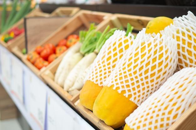 Verse producten van kleurrijke verschillende soorten groenten in de supermarkt