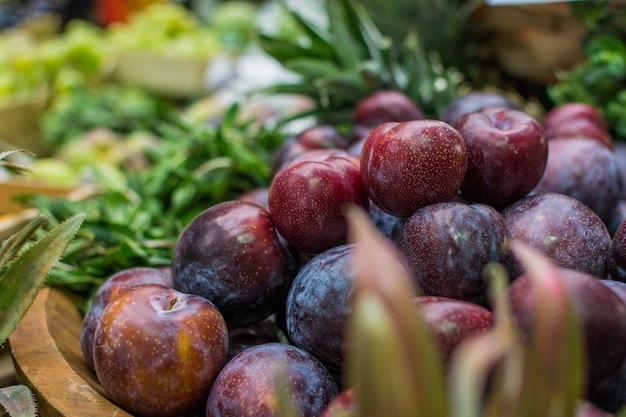 Verse pruimen op boerenmarkt