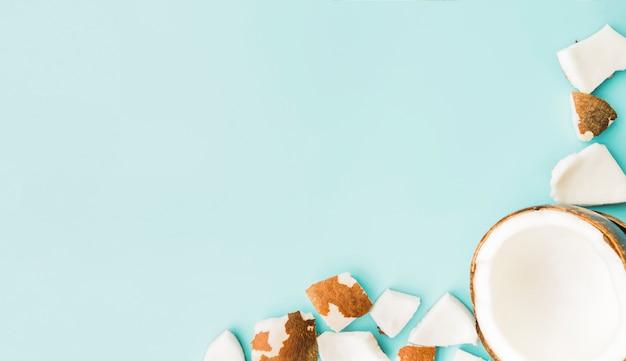 Verse pulp en gehalveerde kokosnoot