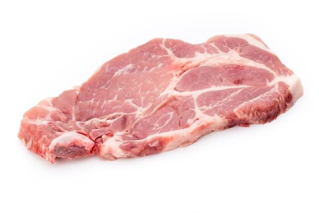 Verse rauwe biefstuk geïsoleerd op een witte ondergrond, bovenaanzicht.