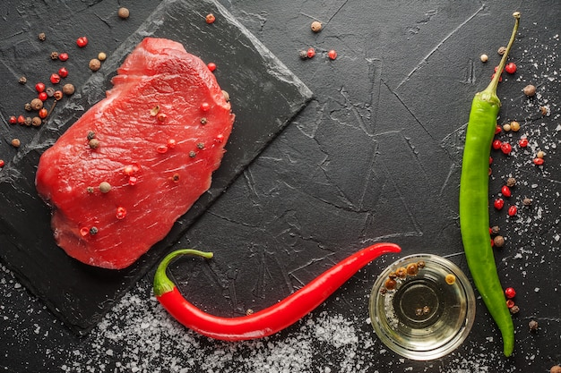 Verse rauwe biefstuk met chili op de zwarte steen