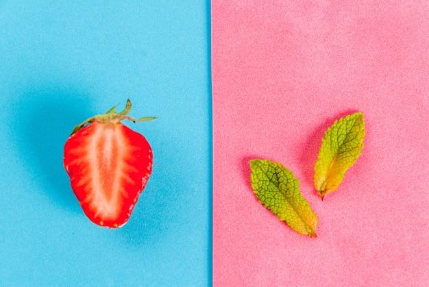 Verse rauwe biologische seizoensfruit en bessen. het naadloze patroon - mint, aardbei op een kleurrijke blauw en roze. bovenaanzicht copyspace