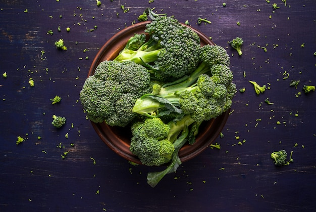 Verse rauwe broccoli op een houten tafel, bovenaanzicht, kopie ruimte