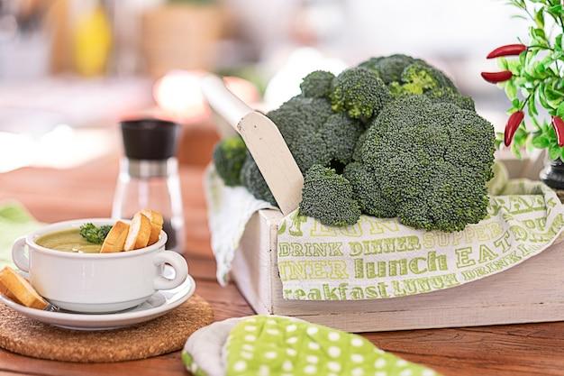 Verse rauwe broccoli op een houten tafel voor gezond eten concept van gezonde voeding dieetdetox