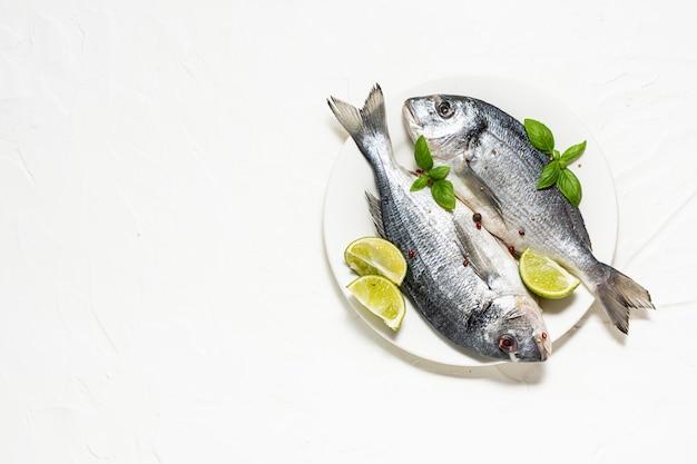 Verse rauwe dorado vis met kruiden en specerijen