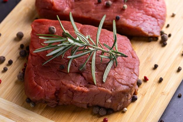 Verse rauwe gesneden rundvlees biefstuk op een houten bord