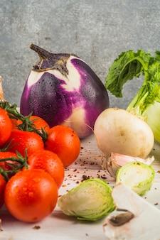 Verse rauwe groenten en spaanse pepervlok op houten lijst