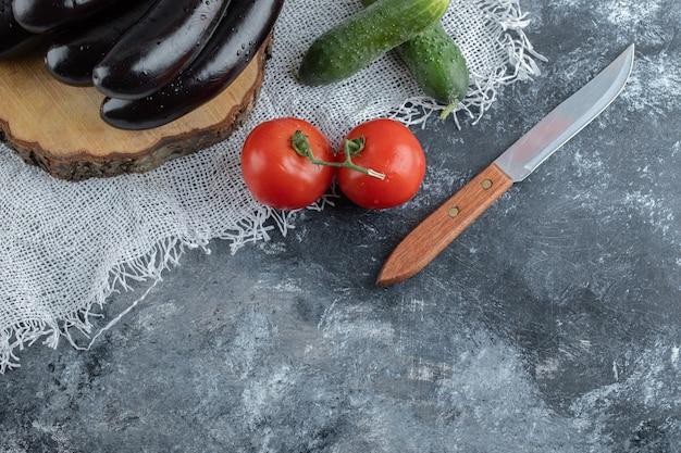 Verse rauwe groenten op grijze achtergrond.