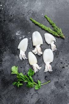 Verse rauwe inktvis met rozemarijn en peterselie.
