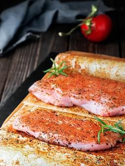 Verse rauwe kalkoen steak met groenten en kruiden
