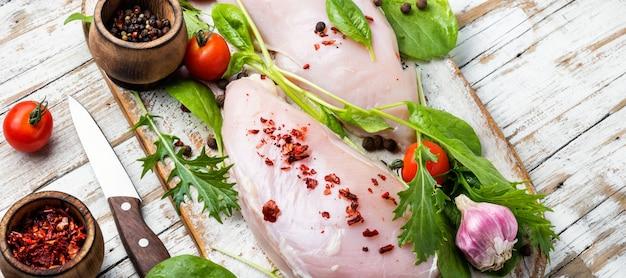 Verse rauwe kip op keuken snijplank