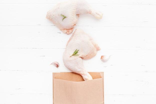Verse rauwe kippenpoten met kruiden. koken concept