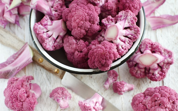 Verse rauwe paarse bloemkool in een kom close-up