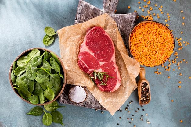 Verse rauwe rib-eye steak op houten snijplank
