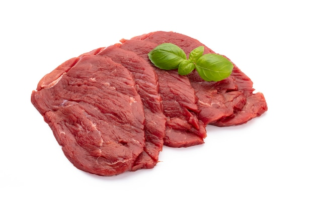 Verse rauwe steaks geïsoleerd op witte achtergrond .................