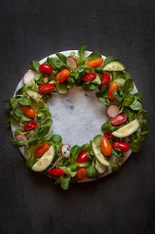 Verse rauwe tomaten, komkommers, babyspinazie en seizoensgroenten.