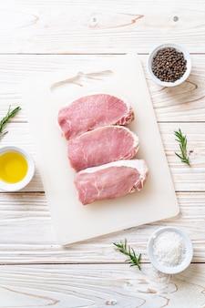 Verse rauwe varkenslapjes vlees