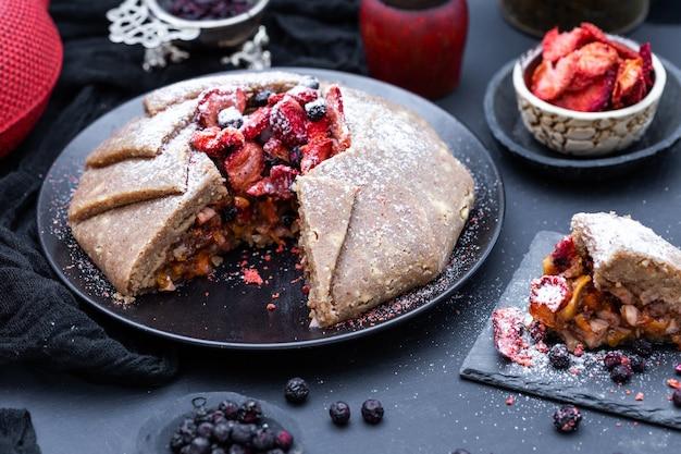 Verse rauwe veganistische nectarinetaart op een donker tafelblad
